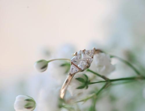 ¿Te estás planteando comprar un anillo de compromiso de tres piedras?