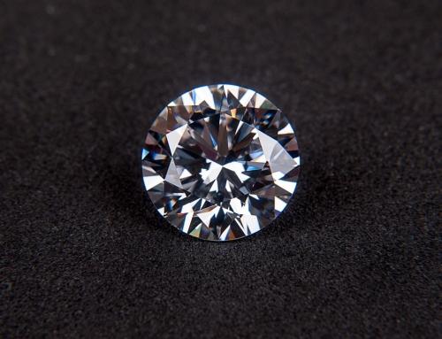 ¿Cuál es la diferencia entre la zirconia cúbica y los diamantes?